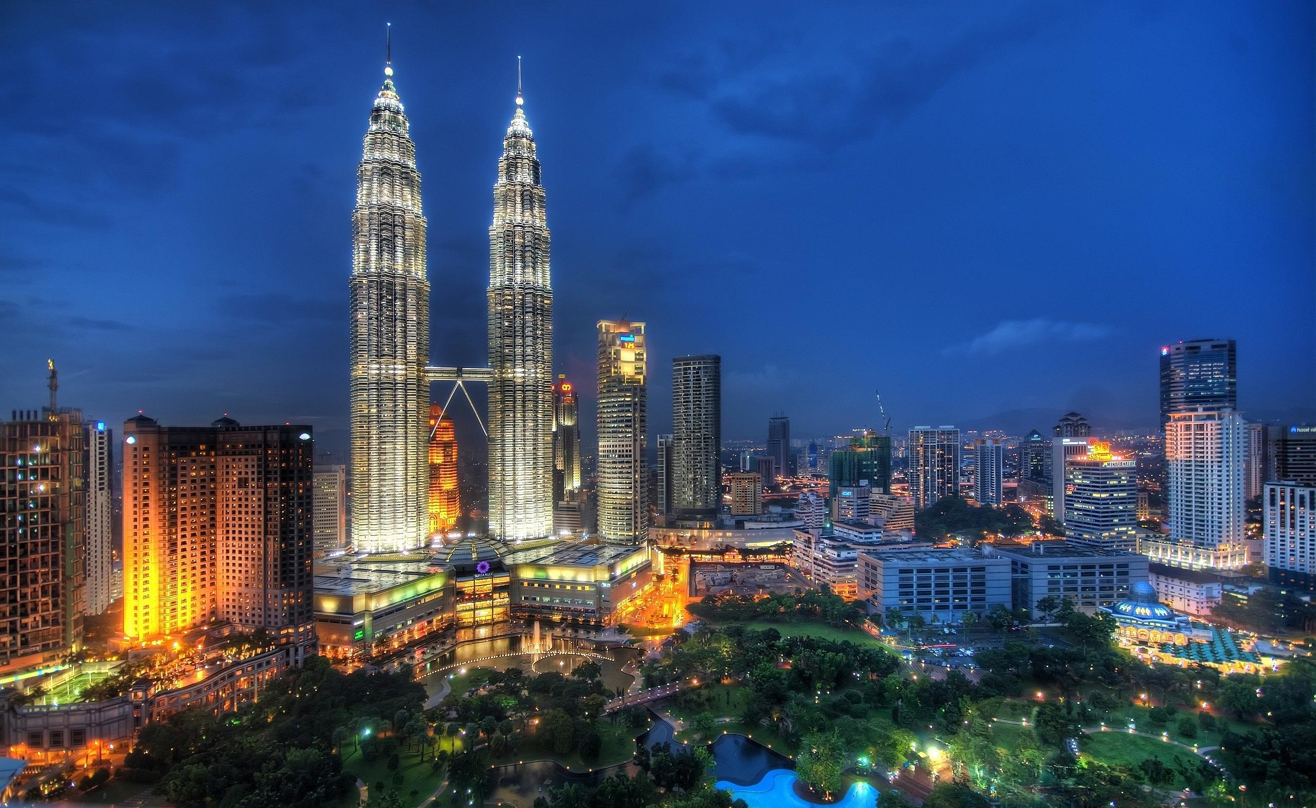 Petronas Twin Towers Kuala Lumpur Malaysia   Wallpaper 2560x1572