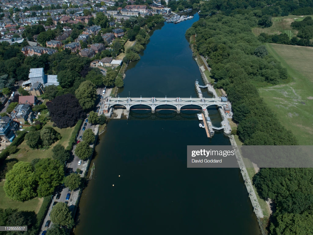 KINGDOM Aerial view of the River Thames flowing past the affluent 1024x768