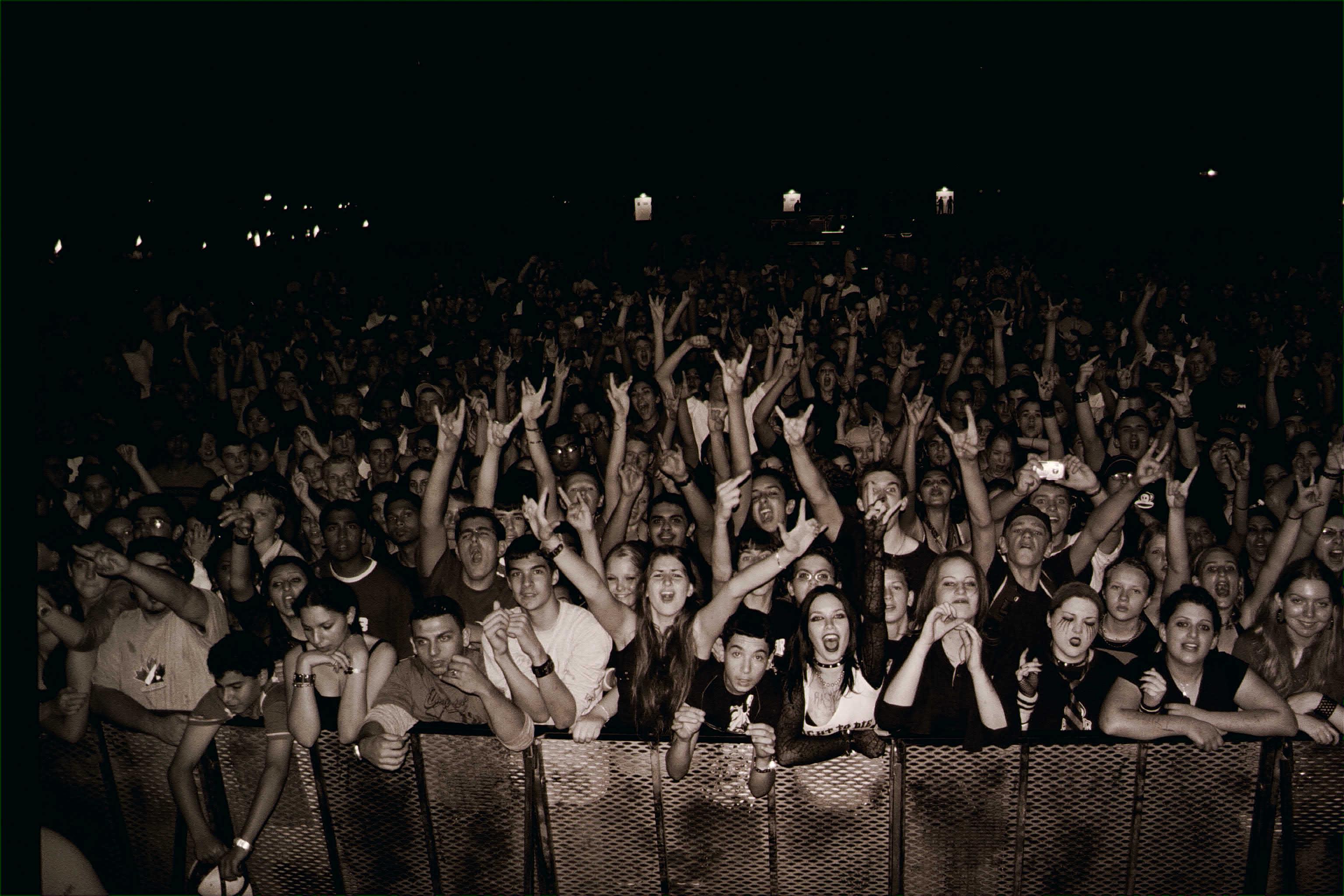 Desert Rock Crowd by Blodoffer 3072x2048
