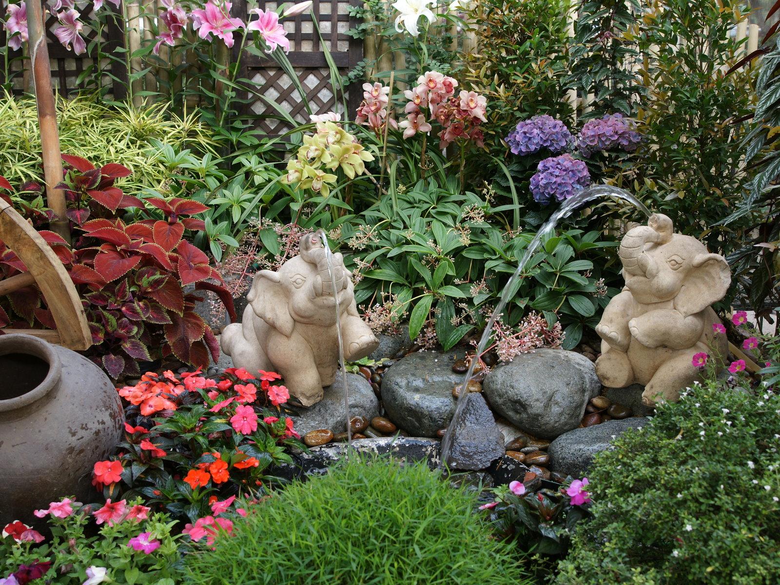 Flower garden with elephants 1600x1200