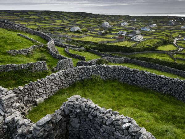 into the stone wall landscapes of Ireland architectureinitslandscape 600x450
