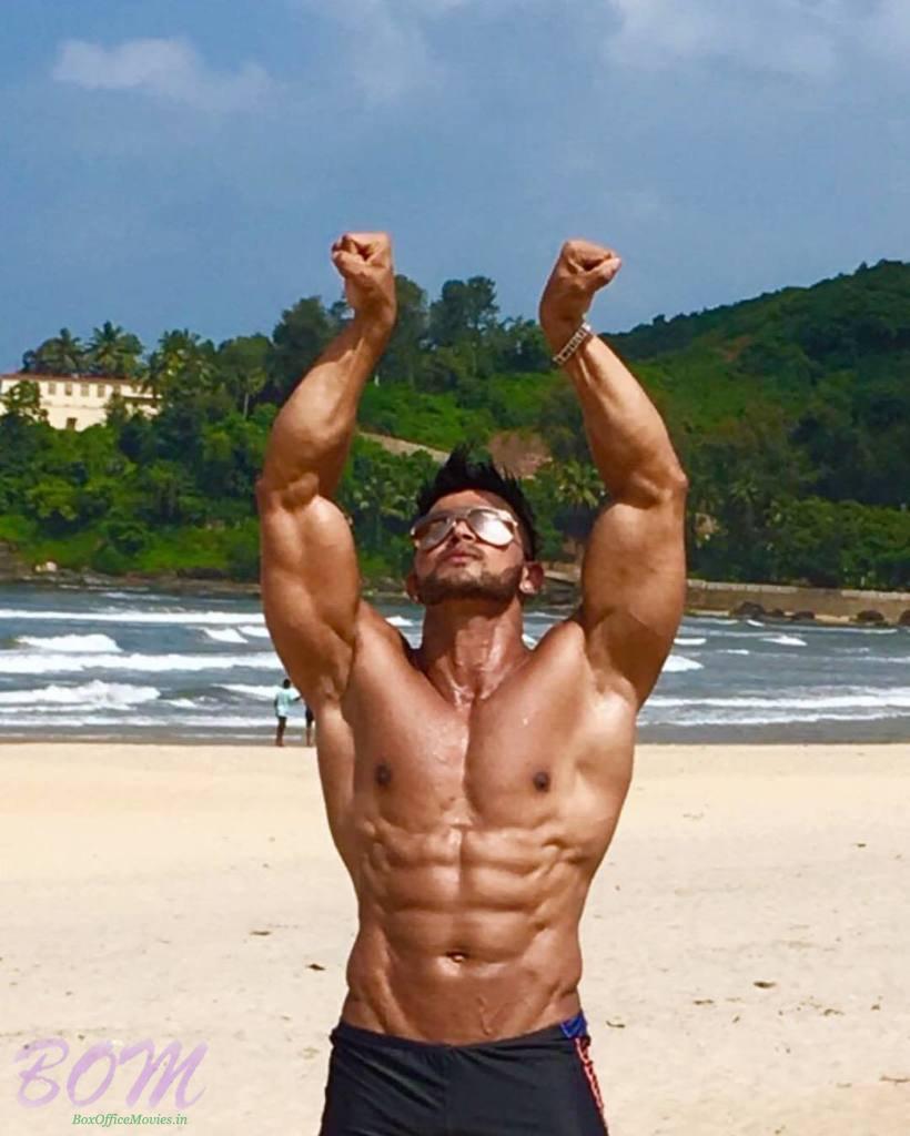 Sahil Khan hands style during a pose   Bollywood latest photos news 820x1024