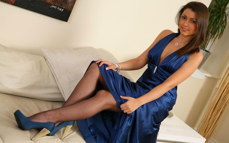 фото девушки в платье и в чулках