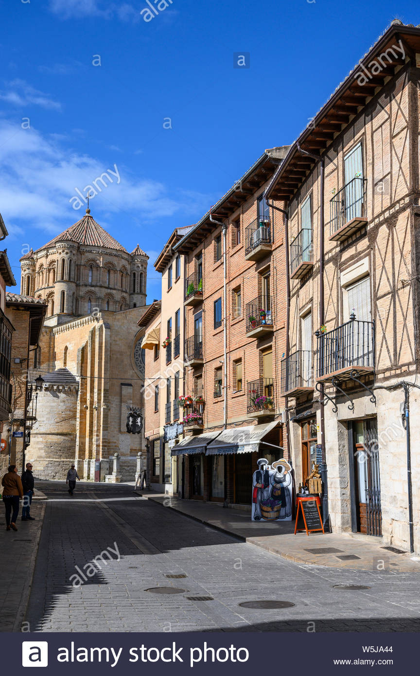 The Calle Mayor in Toro with the 13th century Collegiate church 864x1390