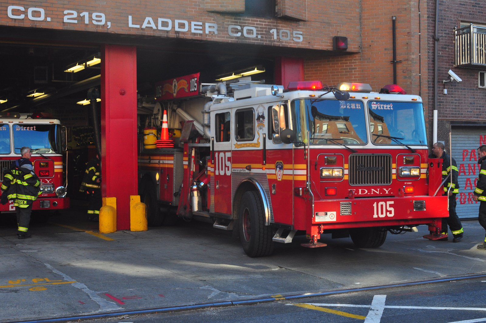 fire fire departments fire truck medic new york F D N Y pompier rescue 1600x1063