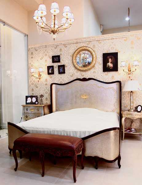 Modern bedroom decorating ideas beautiful wallpaper in golden colors 462x600