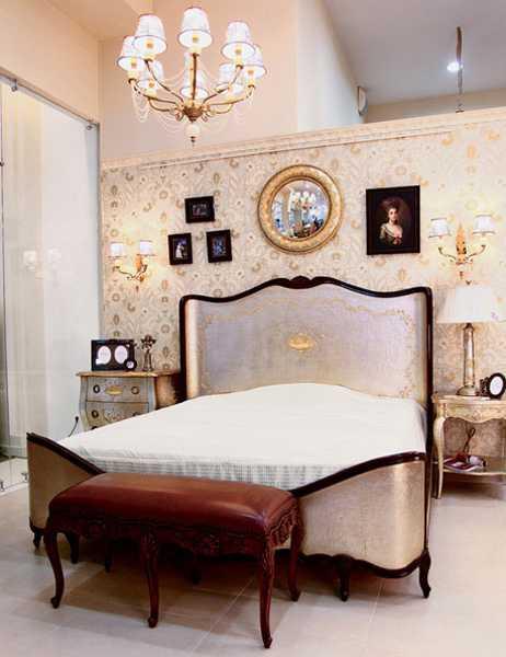 Modern bedroom decorating ideas beautiful wallpaper in golden colors 462x600