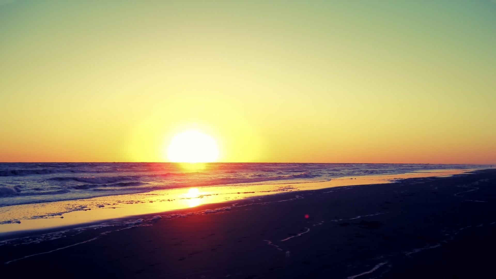 ... : http://www.nexus-wallpaper.com/wallpaper/landscape/sunset-on-beach