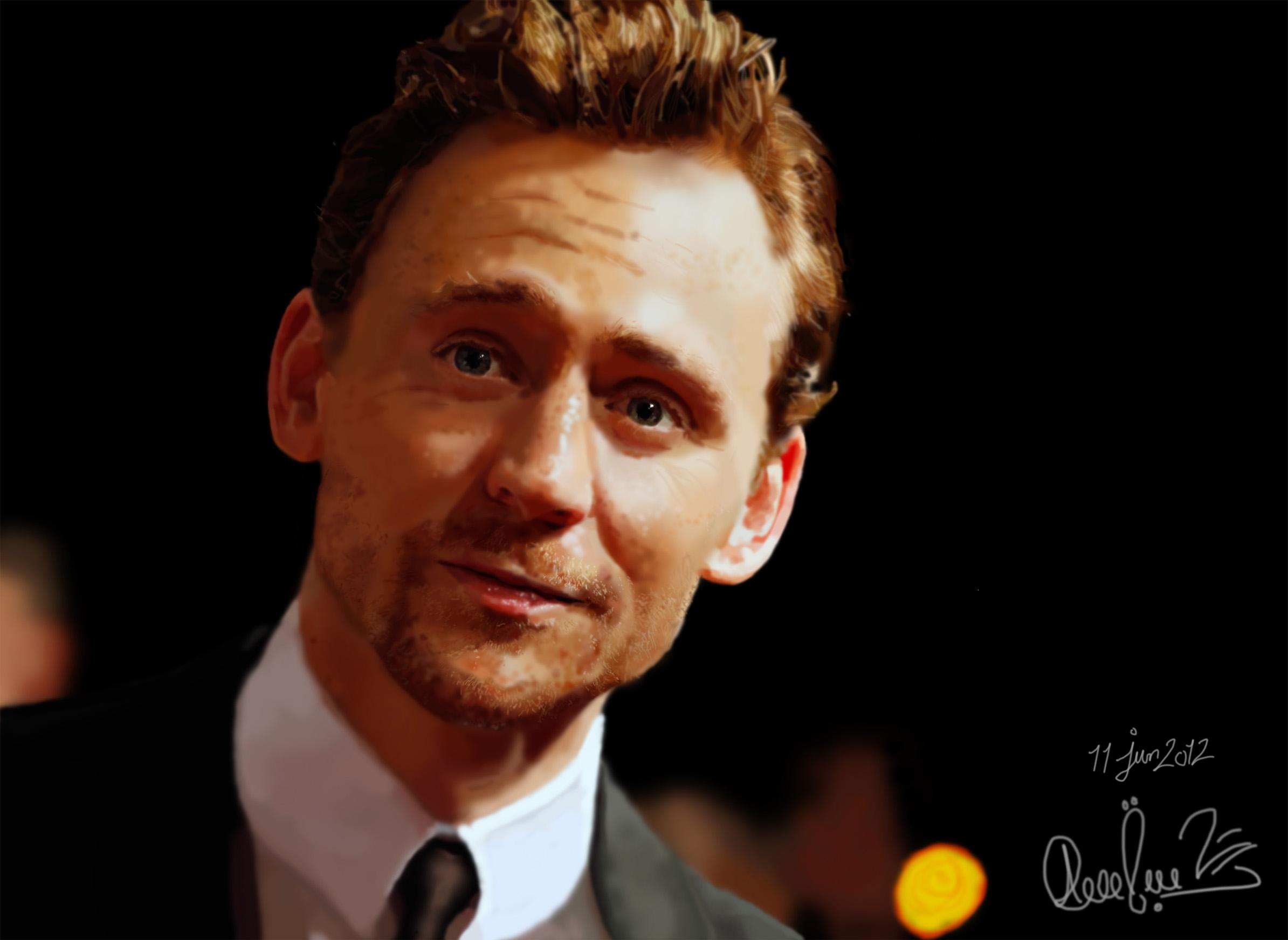 Tom Hiddleston 2389x1744