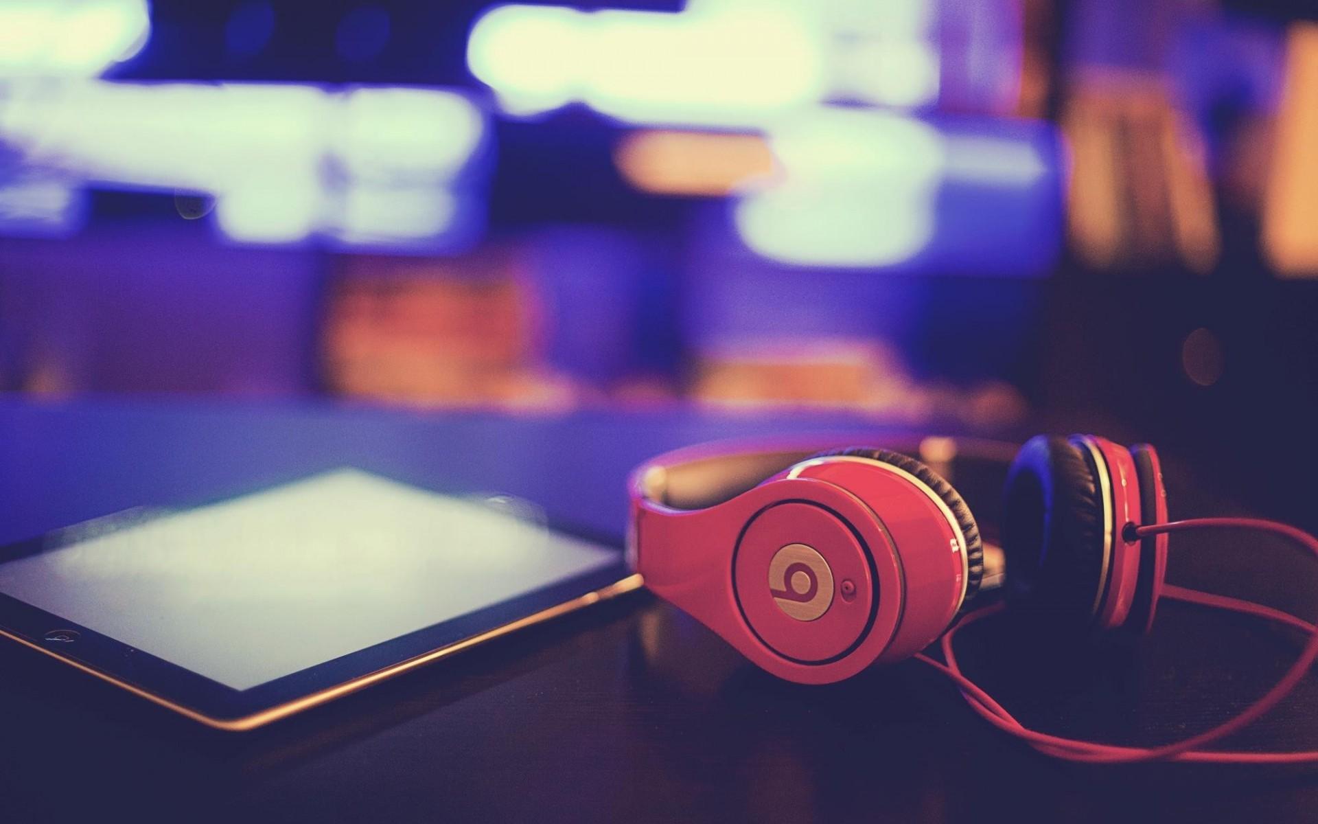 IPhone с розовыми наушниками  № 2843235 загрузить