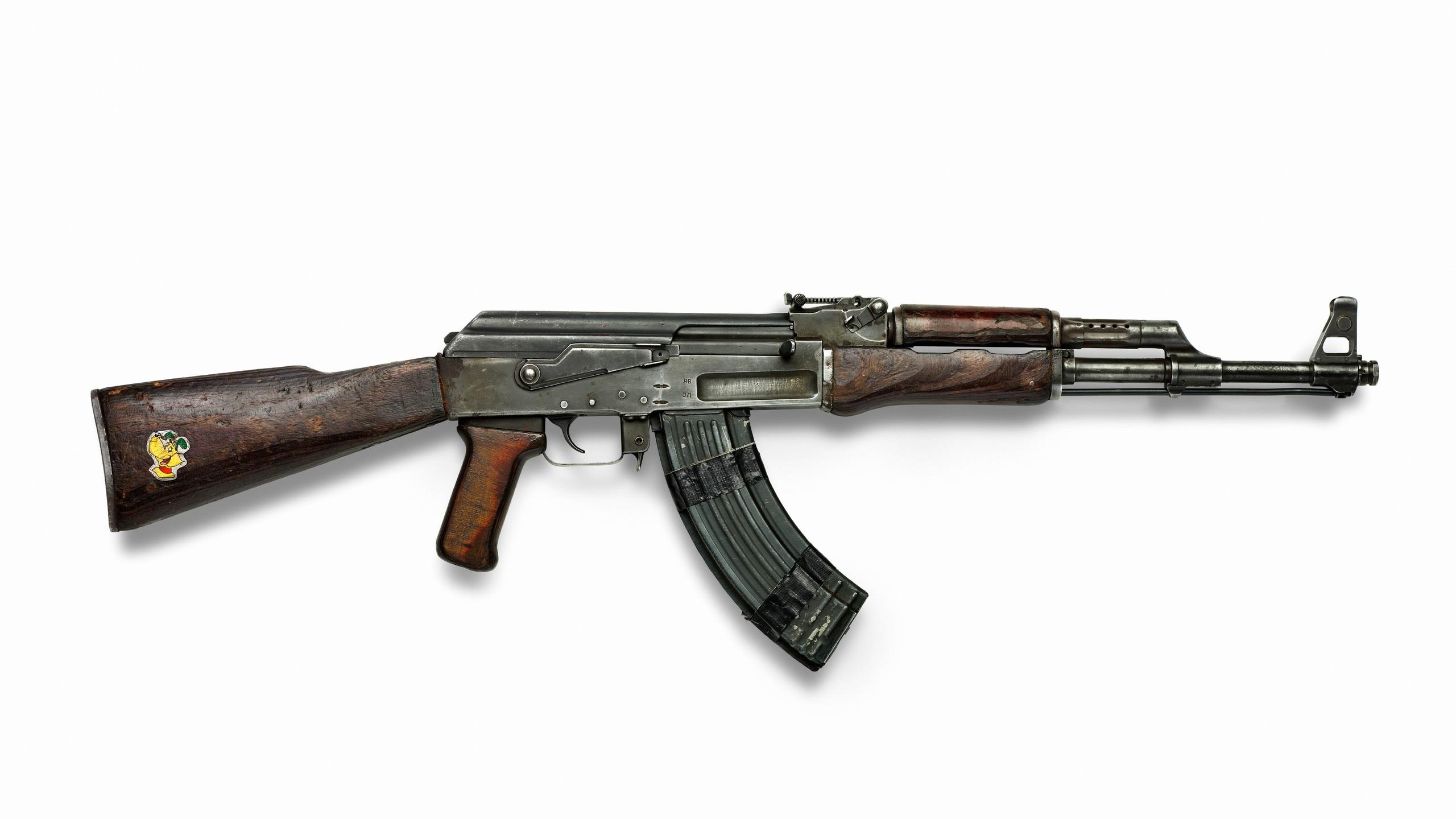 Kalashnikov armas AK 47 la URSS la culata de madera oxidado viejo 2560x1440