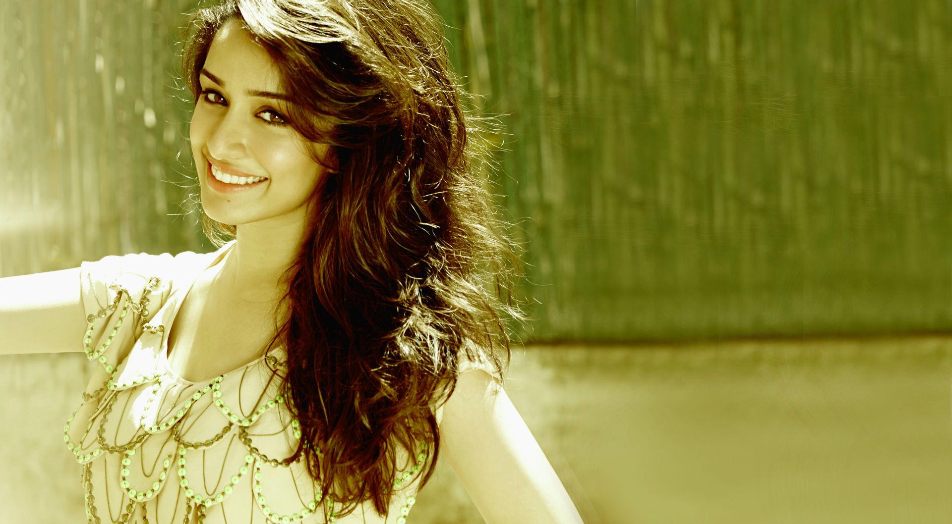 Shraddha Kapoor Cute Smile PoPoPicscom 1920x1058