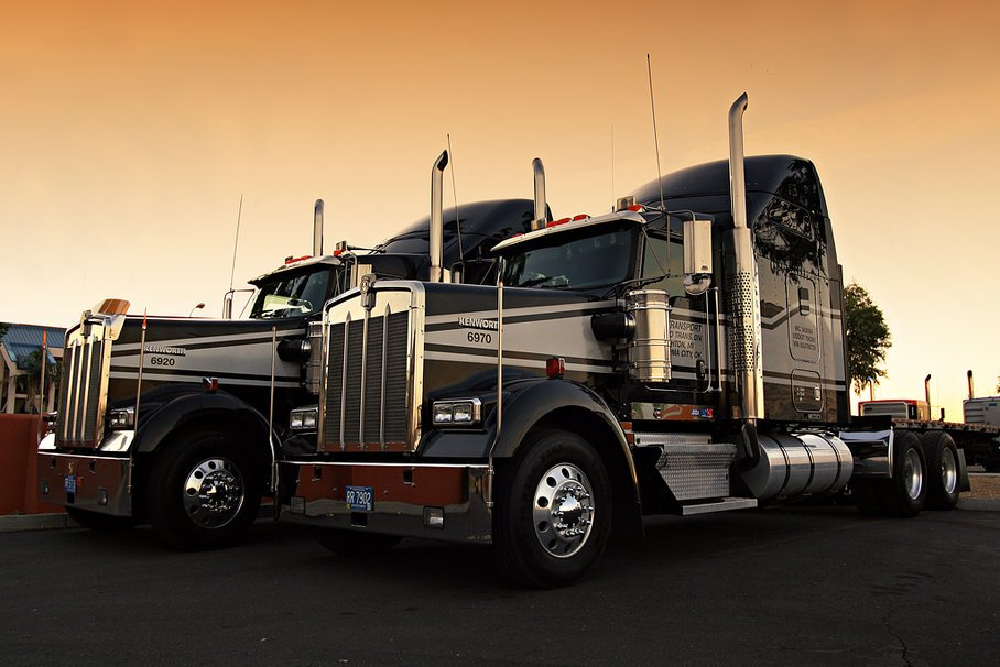 Kenworth Logo Wallpaper Dos kenworth estacionado por 908x606