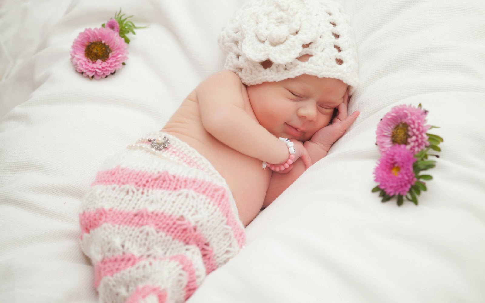 Free Download Cute Baby Girl Sleeping With Smile Hd Photos Images Wallpapers 1600x1000 For Your Desktop Mobile Tablet Explore 48 Baby Images Wallpapers Wallpaper For Baby Baby Boy Images