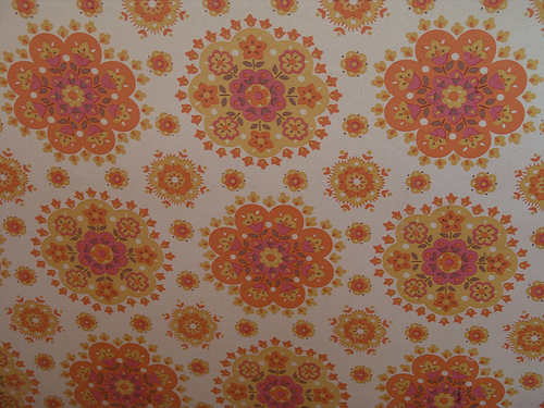 wallpaper 60s 70s yellow orange floral circular pattern design on wall 500x375