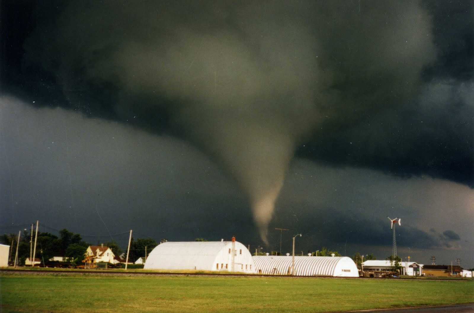 inside a tornado - HD1600×1058