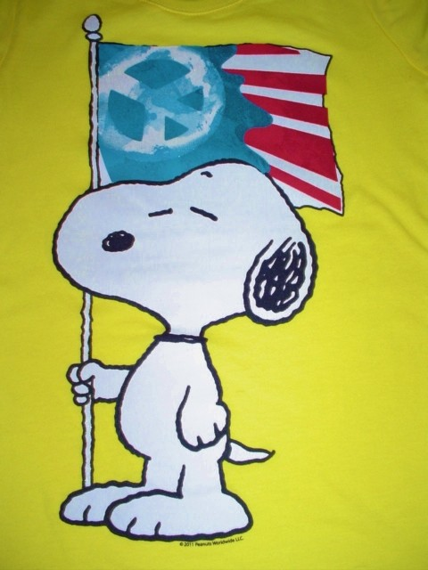 This New With Plastic Tagger Peanuts Snoopy Holding Peace Flag 480x640