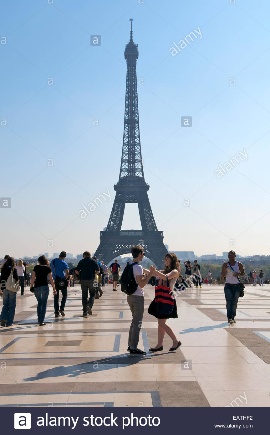 Couple in the Place du Trocadero with Eiffel Tower in background 863x1390