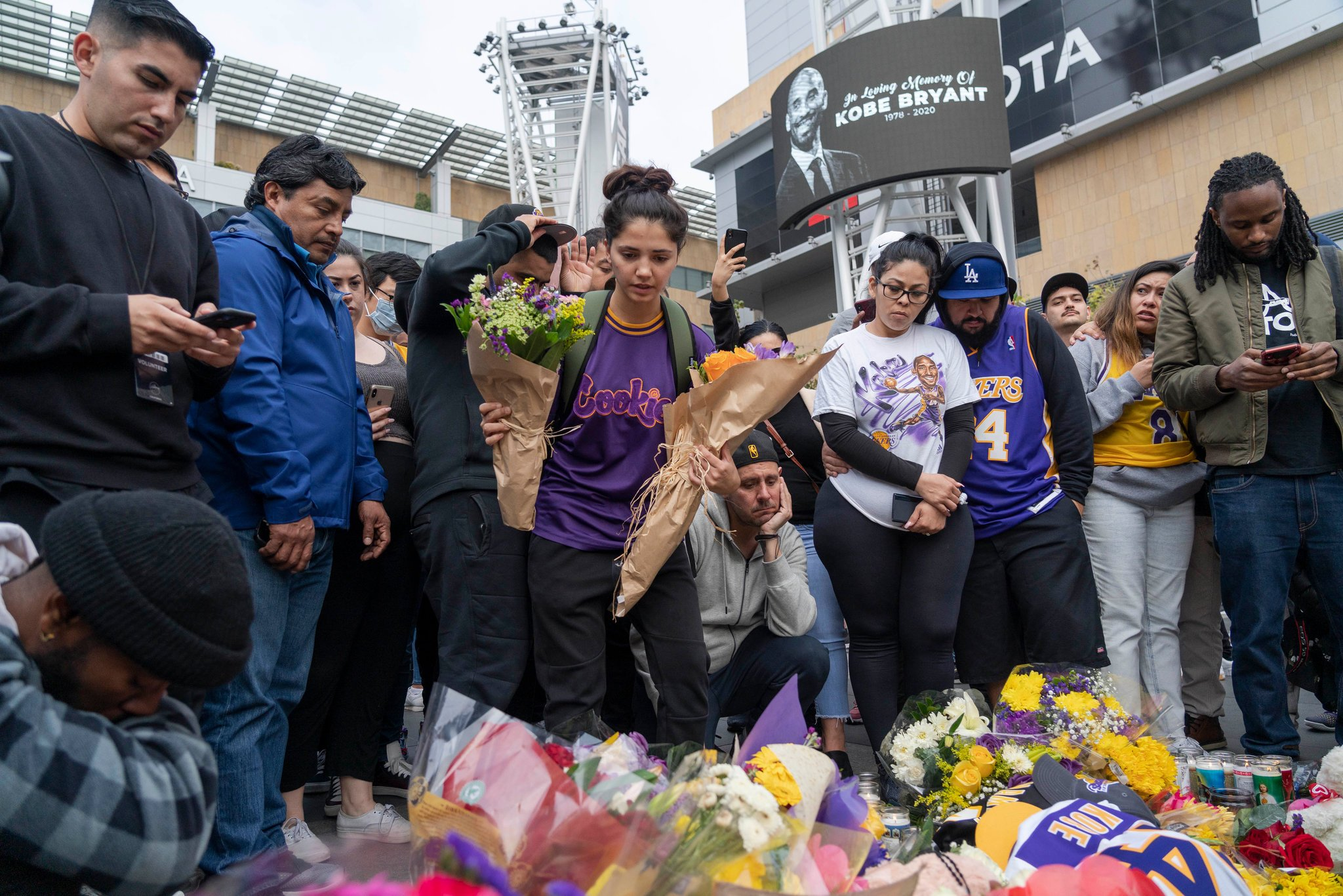 Kobe Bryant Fans in Los Angeles Pay Tribute   The New York Times 2048x1366