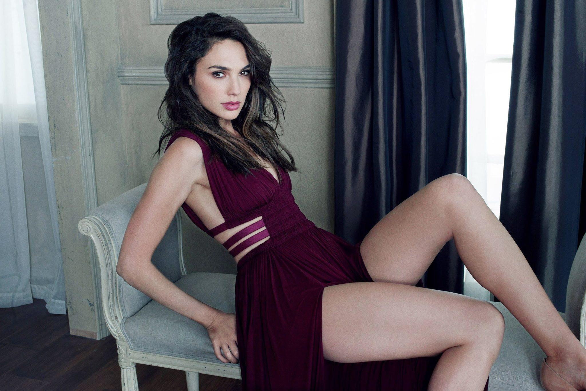 Hot Gal Gadot Showing Legs Wallpapers 2048x1367