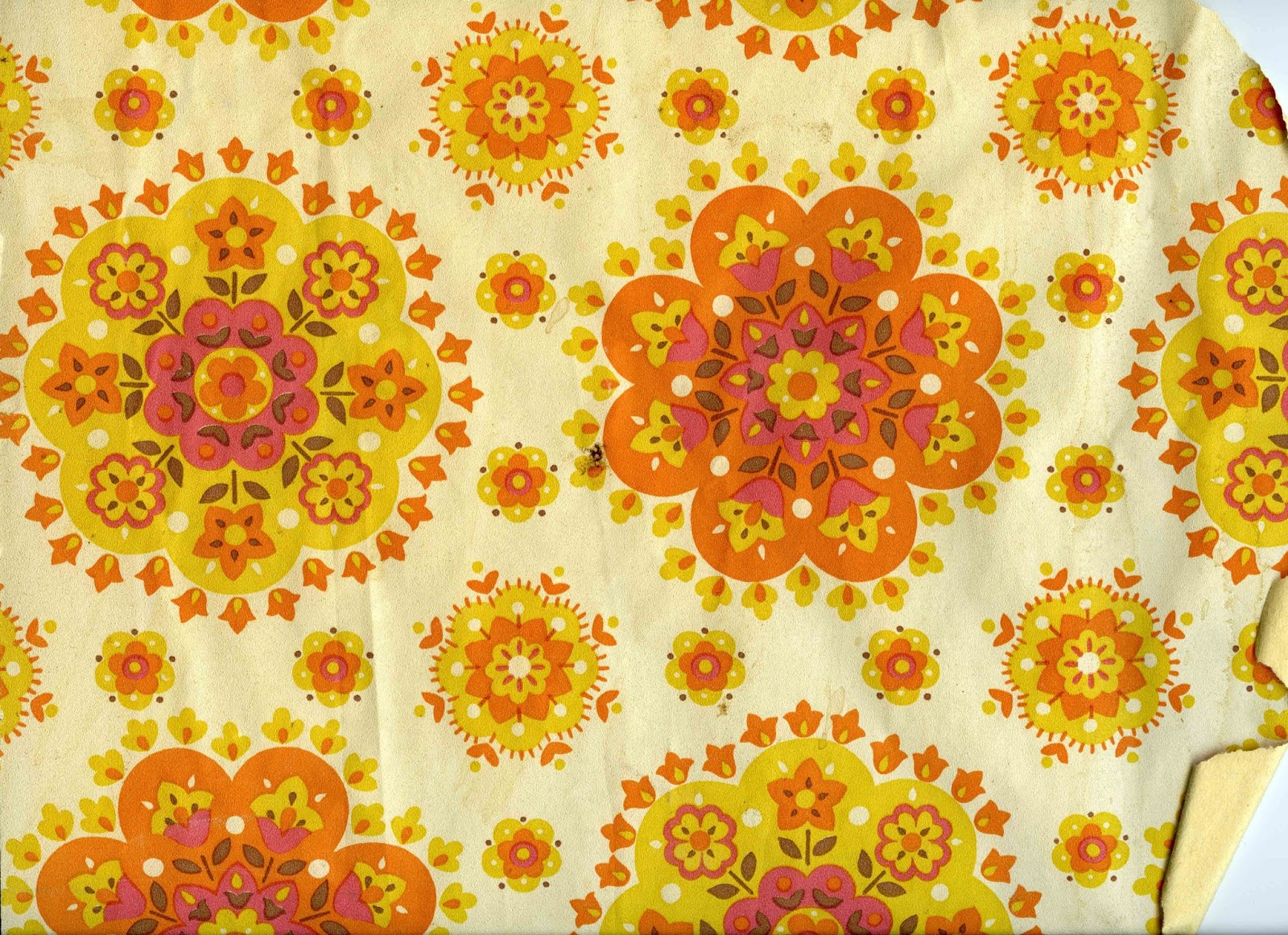 wallpaper 60s 70s yellow orange floral circular pattern design on wall 1600x1162