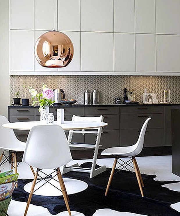 Wallpaper backsplash via Apartment Therapy 619x743