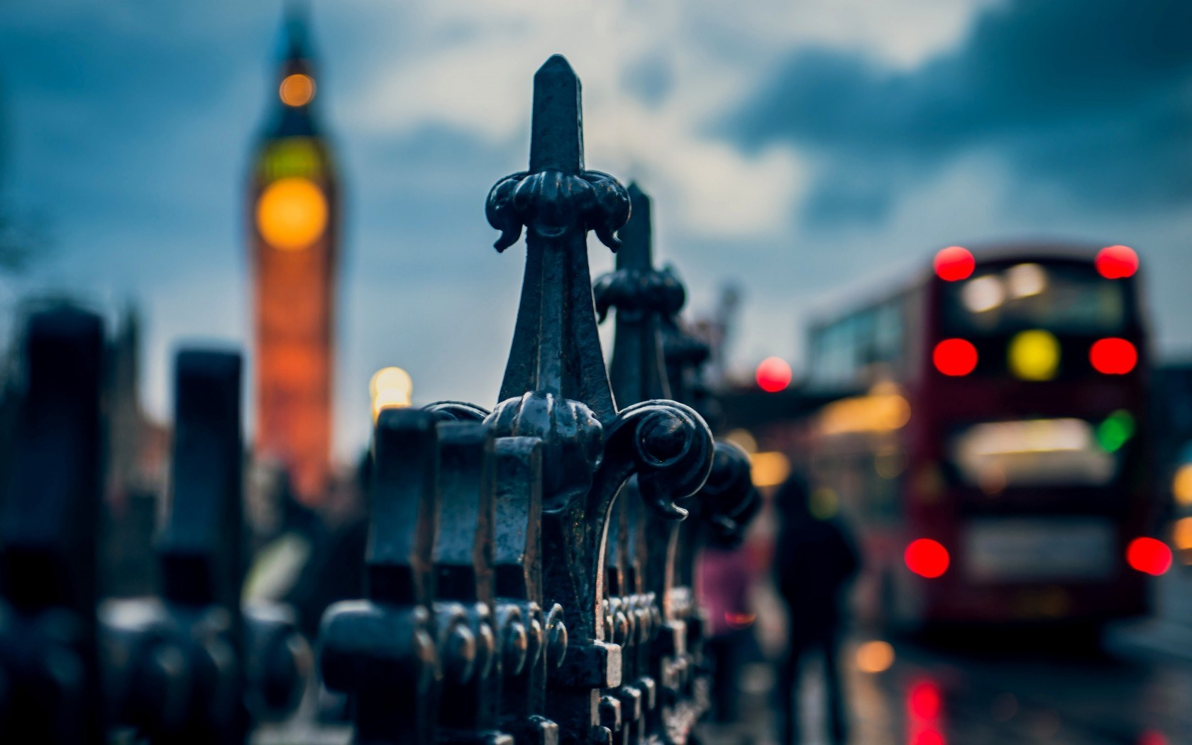 city evening fence london big ben macro photo bus lights 1680x1050