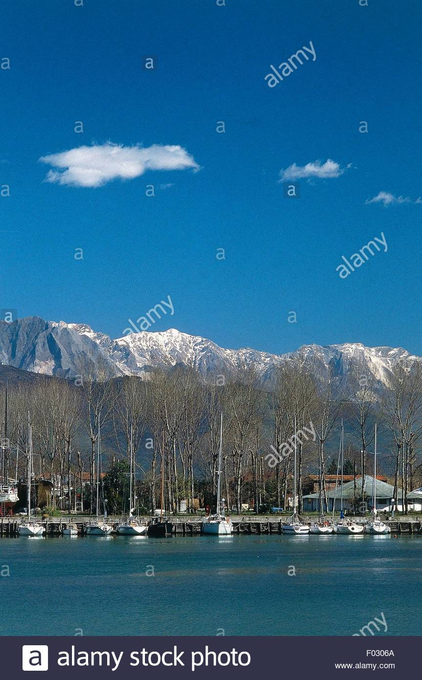 The harbour at Bocca di Magra with the Apuan Alps in the 862x1390
