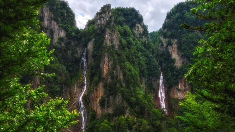 Waterfalls in Daisetsuzan National Park Japan 4K Wallpaper 900x506