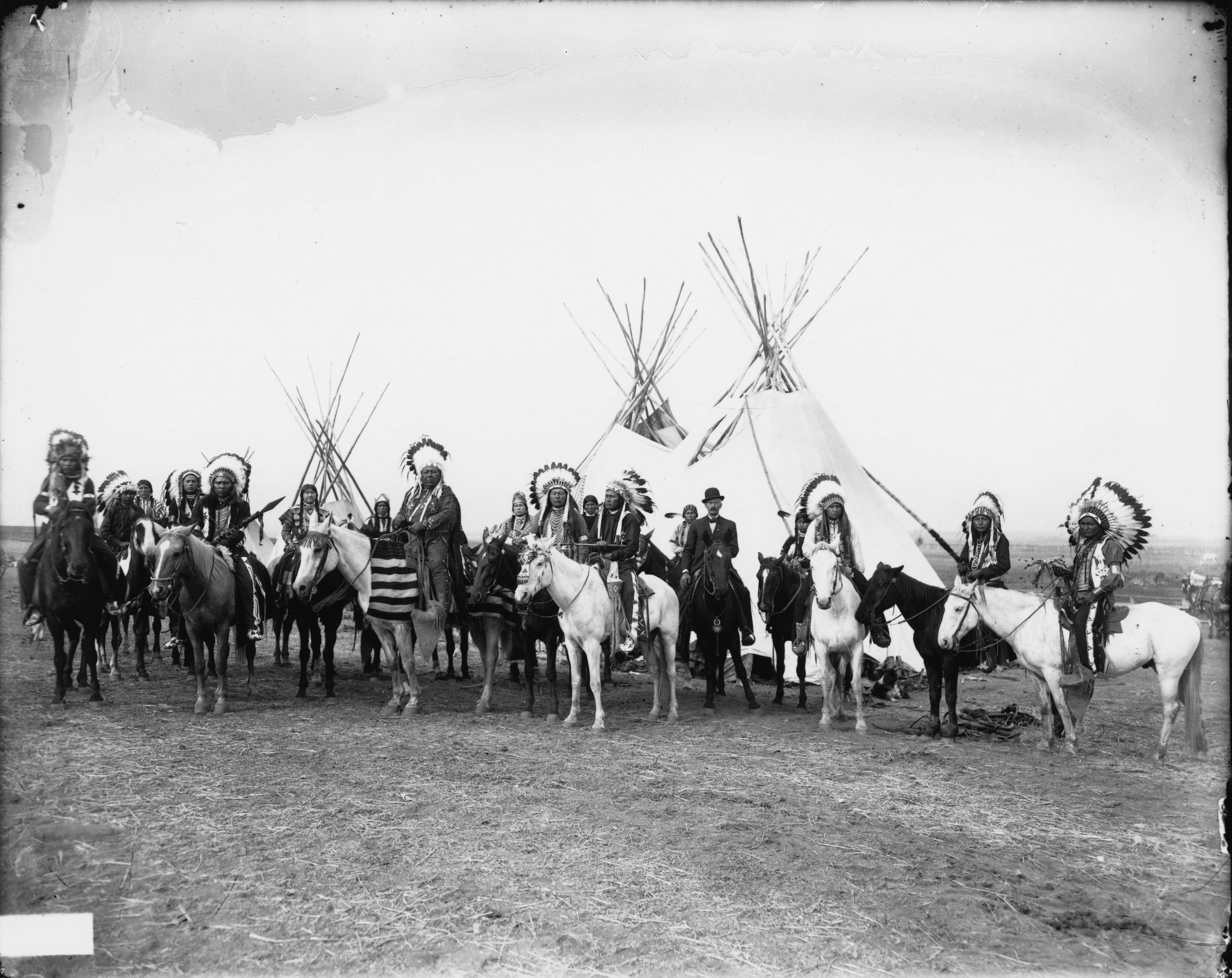 native americans vs american settlers essay 4 different views of land settlers & indians clashed settlers argued that land was theirs to claim, since indians had done 8 go to a reservation (federal land set aside for a native american tribe) options for indians assimilate (adopt the beliefs.