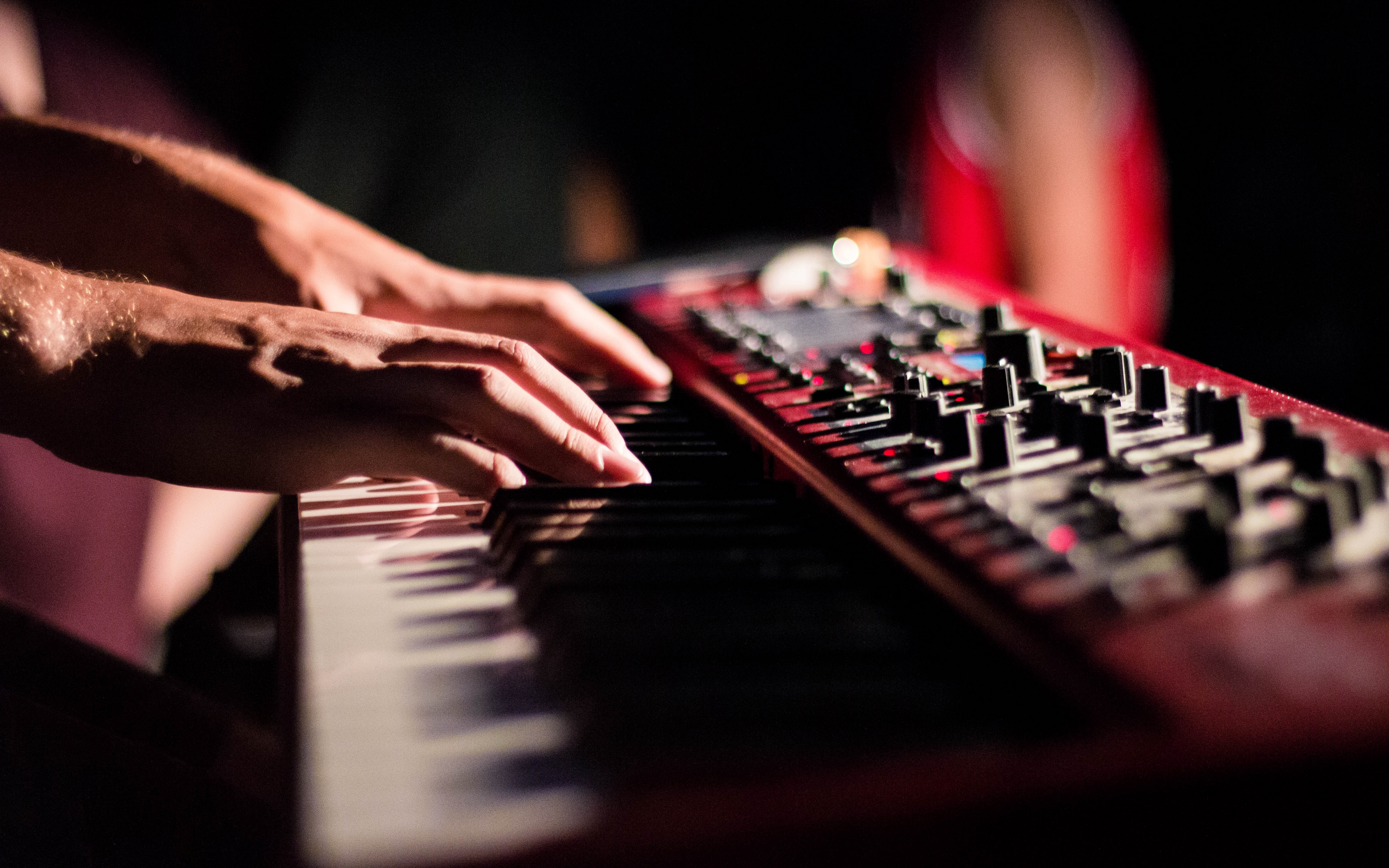 Download wallpaper 3840x2400 synthesizer keys fingers hands 3840x2400