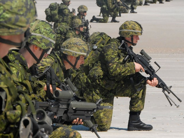 Canadian Army On Beach 2175   Military Wallpapers 640x480