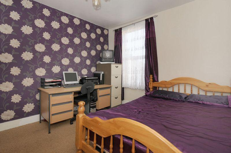 photo of strong purple bedroom with flowers pattern wallpaper 800x529