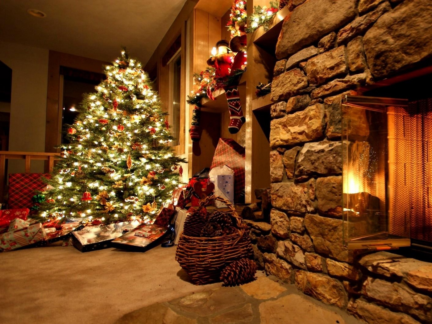 Download wallpaper 1400x1050 christmas tree ornaments fireplace 1400x1050