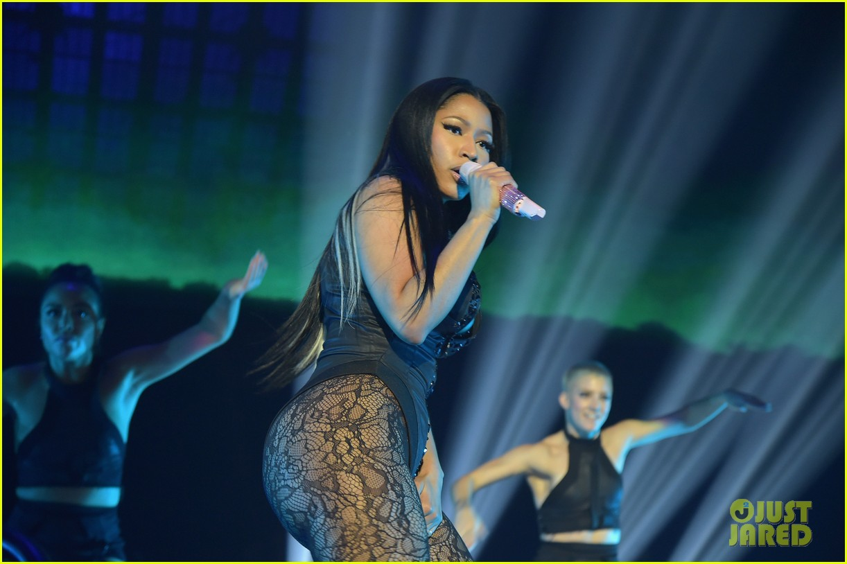 Beyonce & Nicki Minaj Perform 'Feeling Myself' Live! (Video)