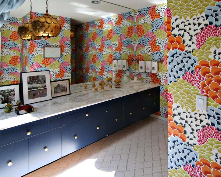 bold bathroom wallpaper flower wallpaper bathroom decor interior 725x579
