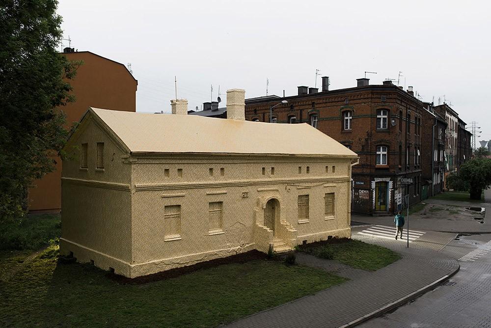 Ian Strange Zloty Exhibition Wraps Gold Wallpaper Around Historic 1000x668
