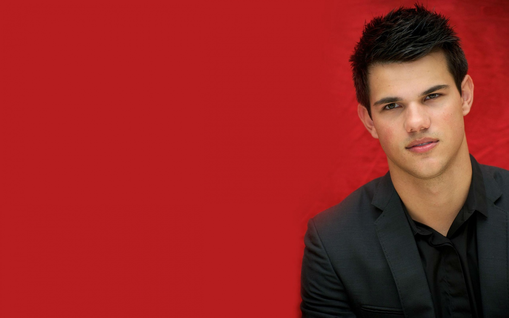 taylor lautner Taylor daniel lautner was born in grand rapids, michigan, to deborah, a software company worker, and daniel lautner, a pilot for midwest airlines he, and younger sister makena, were raised in a.