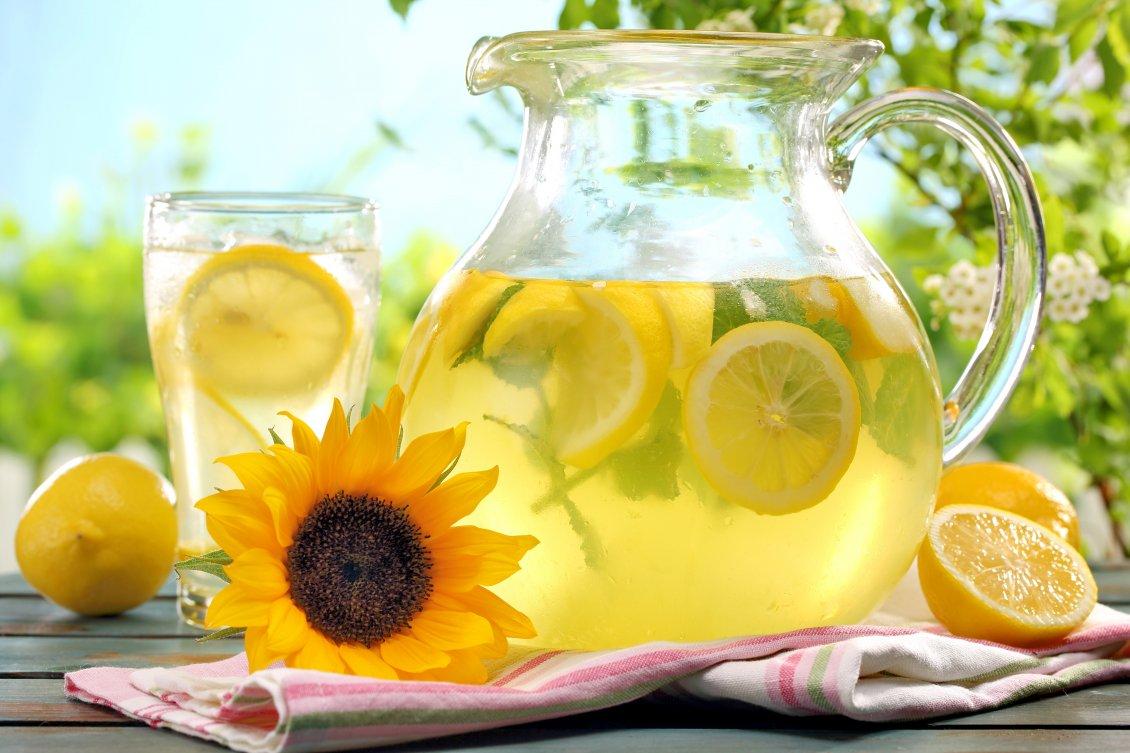 Fresh lemonade on a hot summer day 1130x753