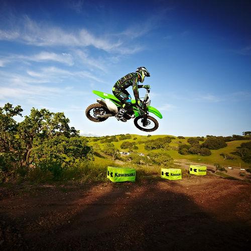 Download Kawasaki Motocross Racing Jump Wallpaper Screensaver For 500x500