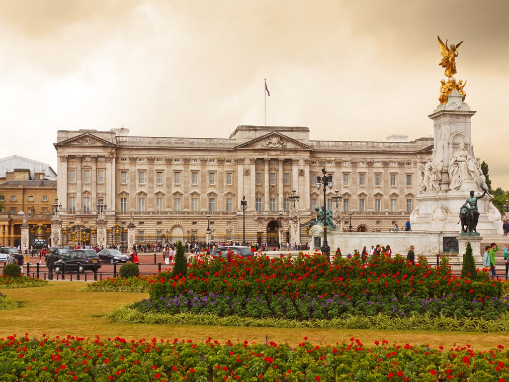 a summary of the book buckingham palace Dltk's crafts for kids buckingham palace by a a milne they're changing guard at buckingham palace - christopher robin went down with alice alice is.