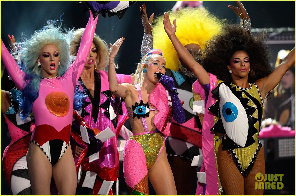 Miley Cyrus MTV VMAs 2015 Performance Video miley cyrus mtv vmas 1222x808