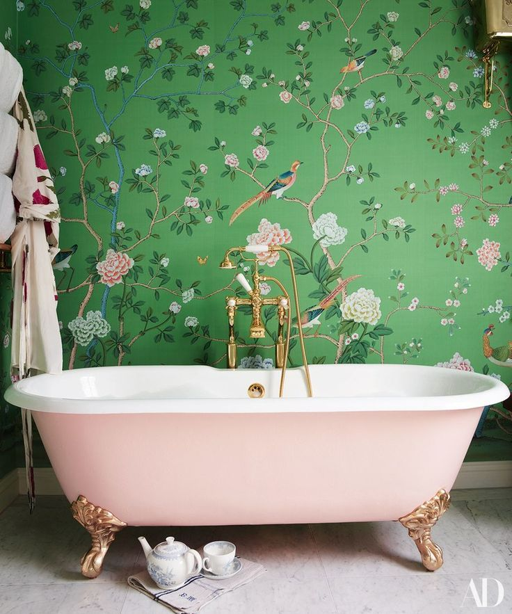 Poppy Delevingnes London Bathroom De Gournay chinoiserie 736x883