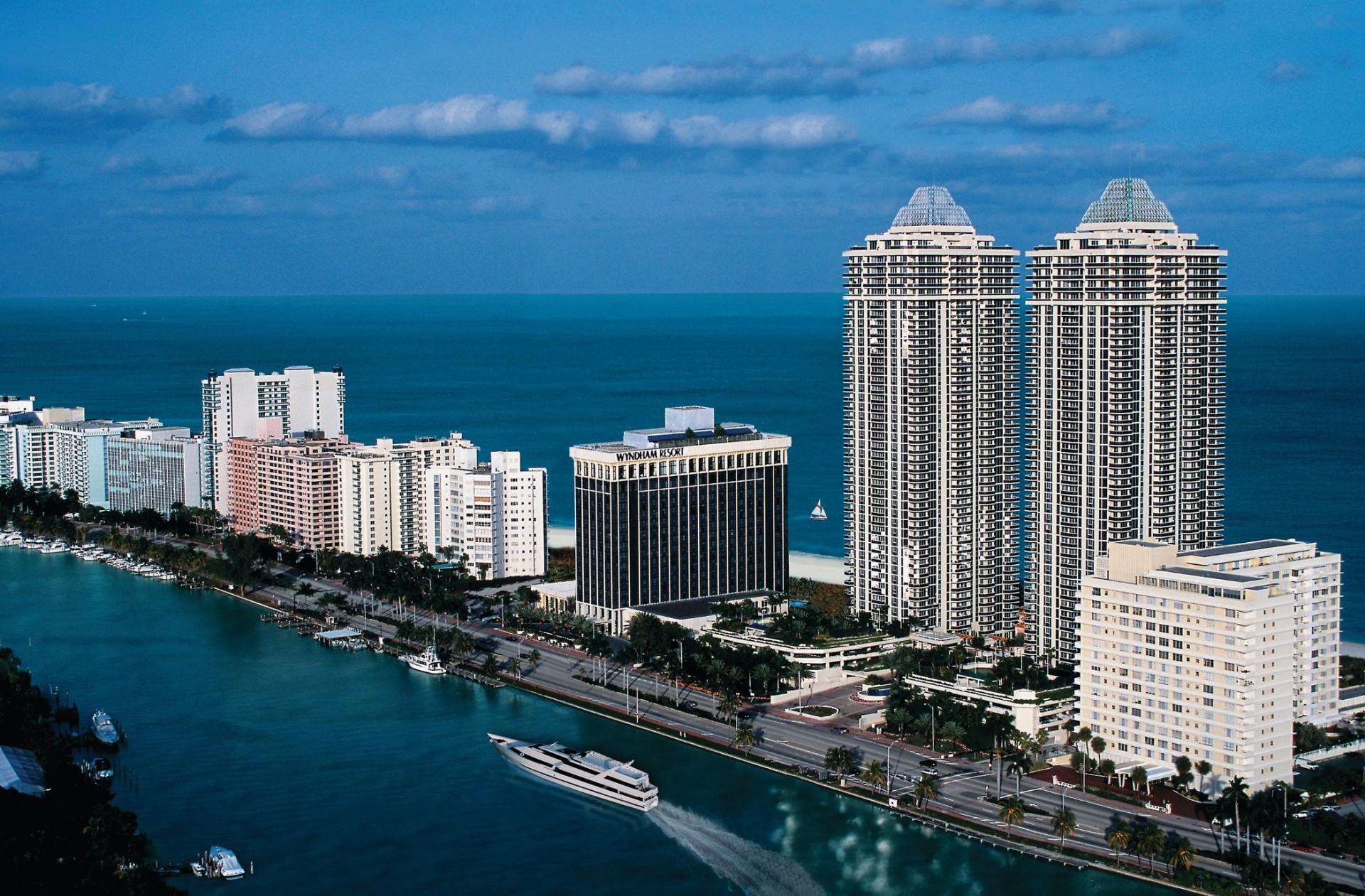 Beach Resort in Miami HD Wallpaper 1920x1261
