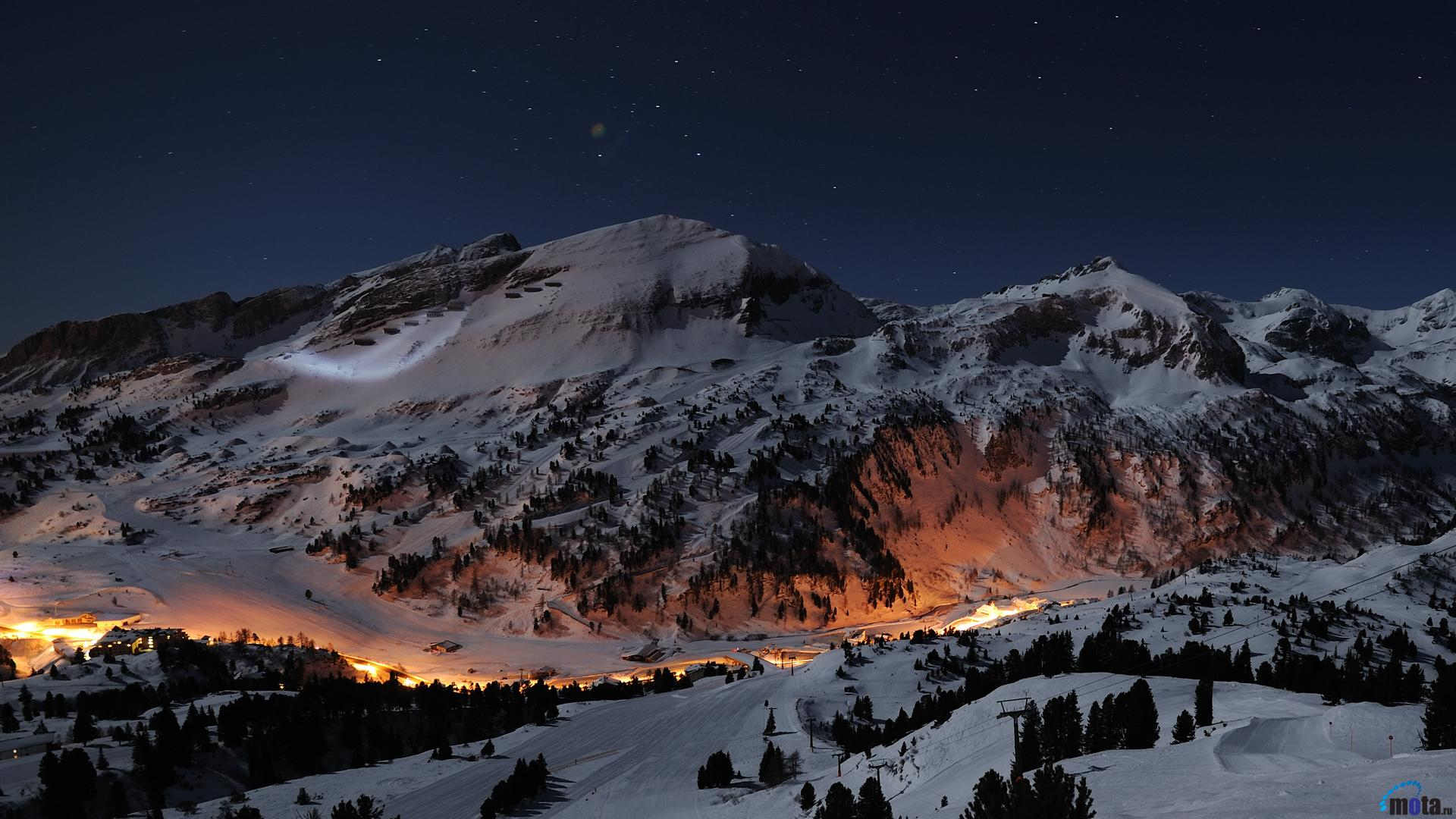 Download Wallpaper Nice view on the ski slopes at night 1920 x 1080 1920x1080