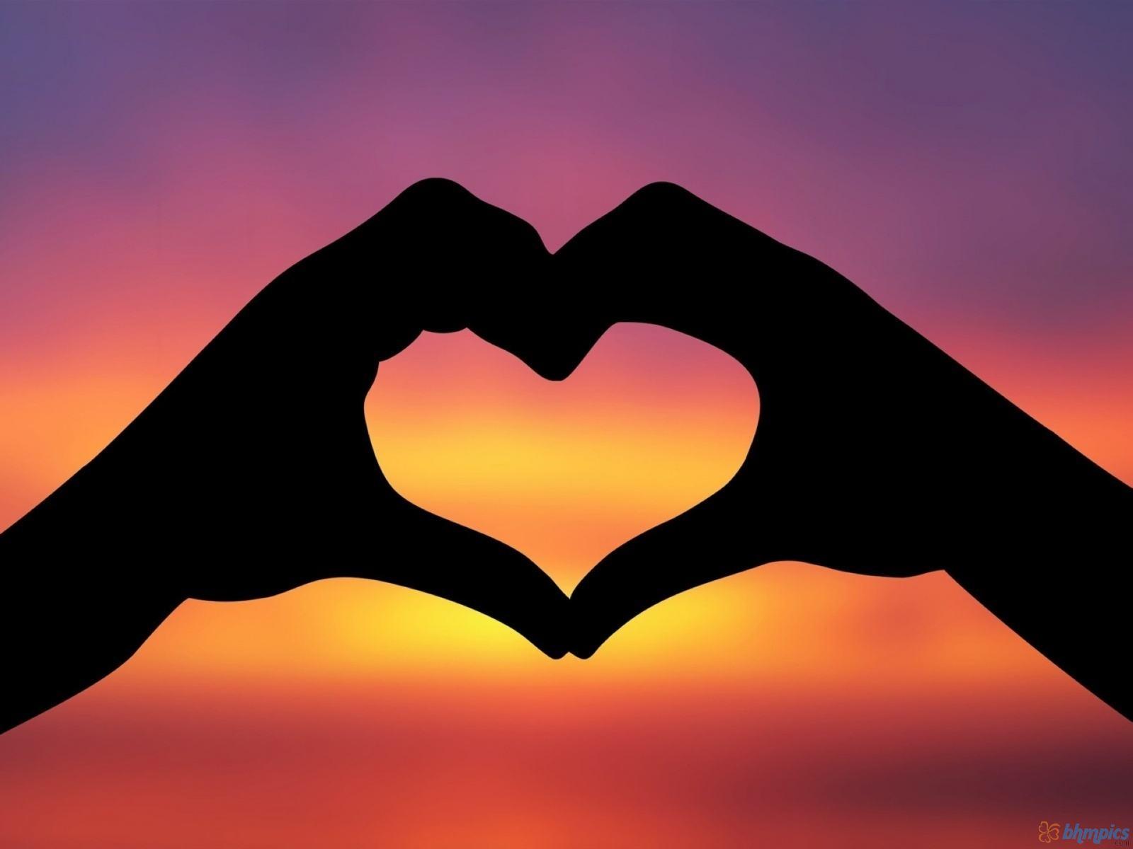 Сердце в ладошках  № 923419 бесплатно