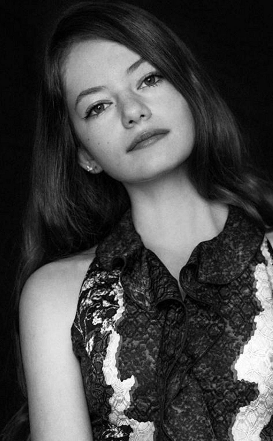 Monochrome pretty Mackenzie Foy 950x1534 wallpaper Celebrity 950x1534