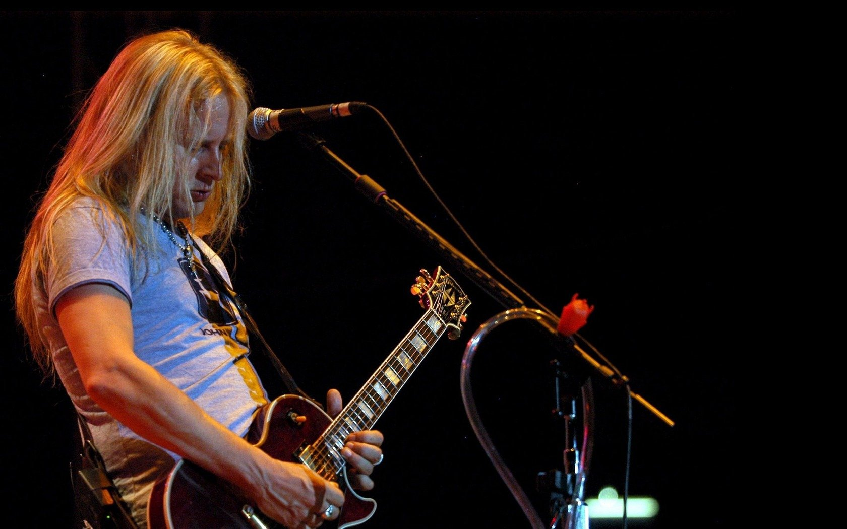 Download wallpaper 1680x1050 jerry cantrell guitar microphone 1680x1050
