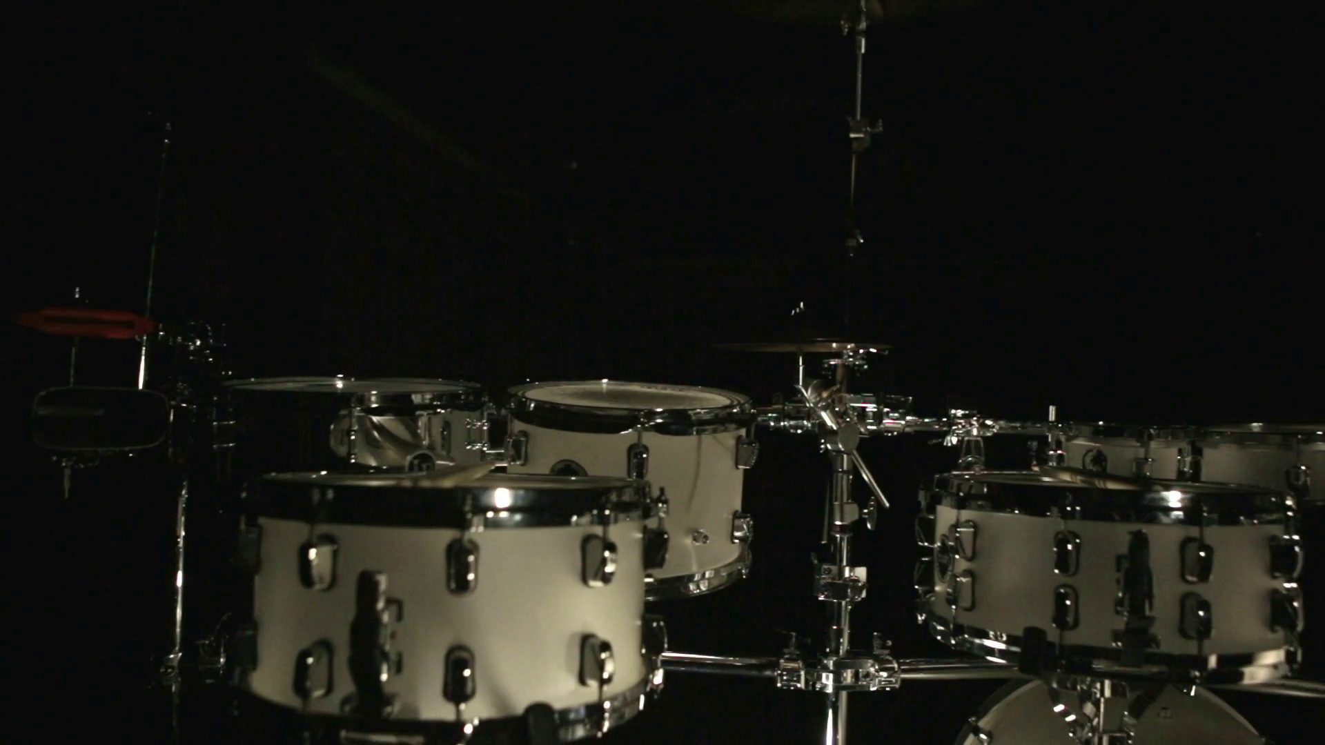 Drum set on dark background White drum kit on black background 1920x1080