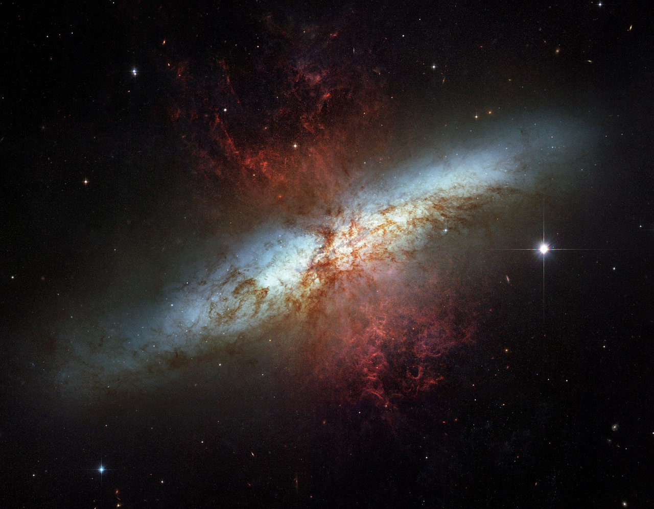 The magnificent starburst galaxy Messier 82 ESAHubble 1280x997